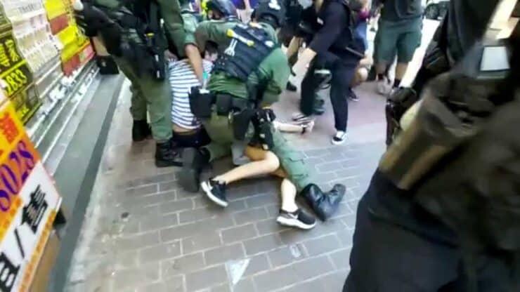 Violenta detención de una niña en Hong Kong