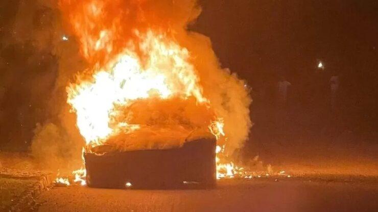 Tesla de US$ 128 mil explota con 3 días de uso y se incendia con el propietario adentro