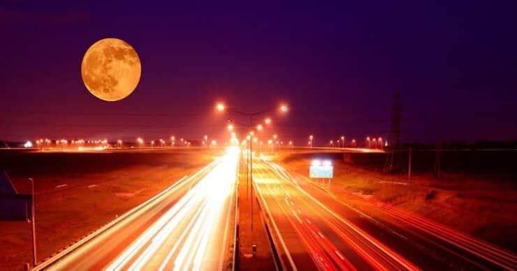 Tesla sigue mareado y confunde la luna con el semáforo. Pierde el tren. Y congestiona el tráfico